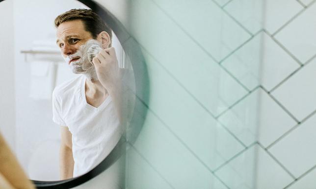 髭を剃る男性の画像