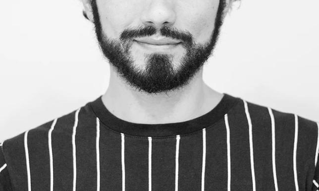 笑っている髭の生えた男性の画像