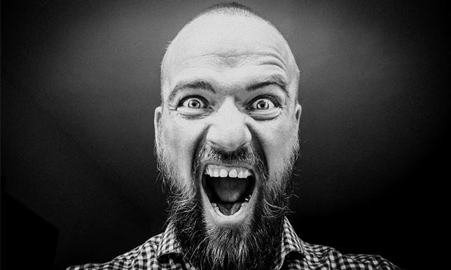 驚いている髭の生えた男性の画像