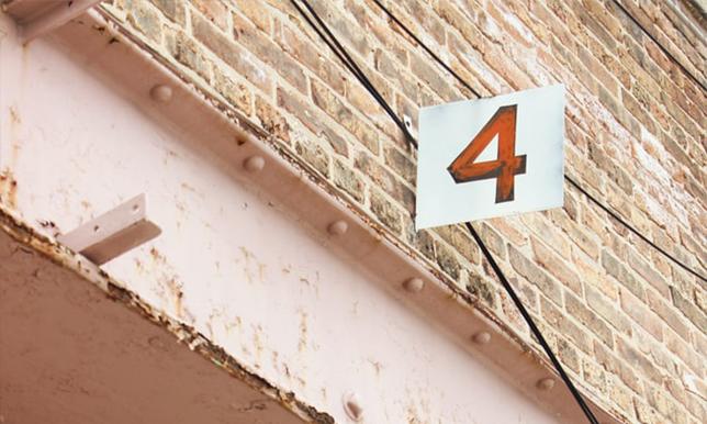 数字の4が目立つ画像