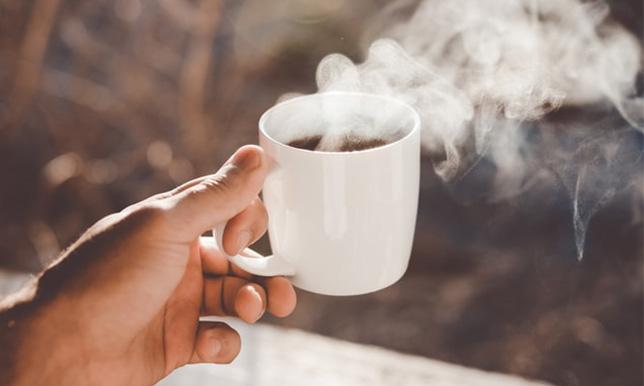 火傷しそうなほど熱そうなコーヒーの画像