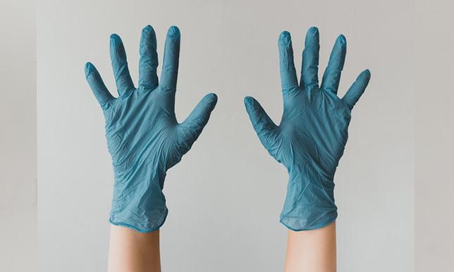 手袋をつけた医師の画像